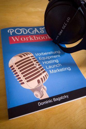 Podcast Workbook Foto mit kopfhörer